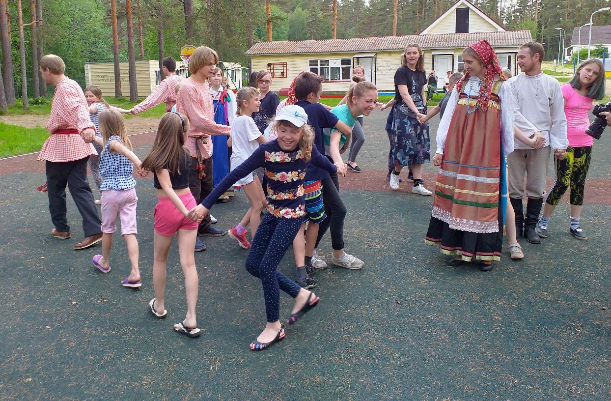 «Лазорев цвет» побывал в гостях у детей лагеря «Петроградец»