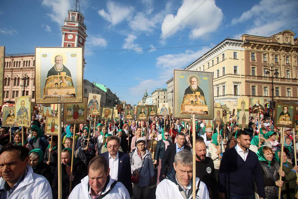 Остаться верным Христу: репортаж о Крестном шествии на Невском (новые фото, видео)